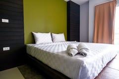 卧室,没凌乱和日间清洗,点燃 免版税库存照片