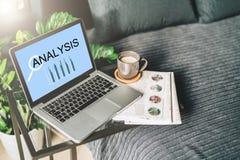 卧室,没有人,膝上型计算机特写镜头的工作场所有题字分析的在桌,桌面上的屏幕上 免版税库存图片