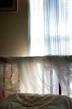 卧室细节简单与阳光 库存照片