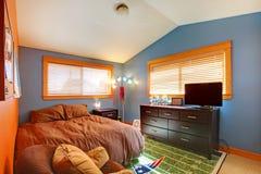 卧室biy蓝色褐色孩子 库存图片