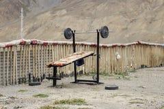 卧推的锻炼与在山的一个酒吧 免版税库存图片