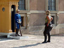 卫兵和骑自行车的人女孩 库存图片