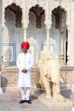 卫兵在斋浦尔,拉贾斯坦城市宫殿  图库摄影