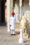 卫兵在斋浦尔,拉贾斯坦城市宫殿  免版税库存图片