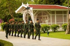 卫兵在轰隆痛苦宫殿改变靠近曼谷,泰国国王的泰国颐和园 免版税库存照片