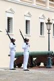 卫兵夫妇临近王子摩纳哥的` s宫殿 库存图片