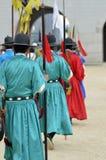 卫兵行在古老传统战士制服的在老皇家住所,汉城,韩国 免版税库存照片