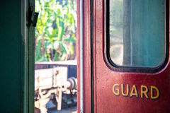 `卫兵`火车坐的懒惰的门隔间在康提驻地,斯里兰卡的 图库摄影