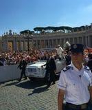 卫兵-罗马教皇的观众St Peter's广场 免版税图库摄影