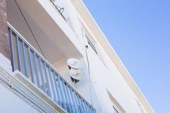 卫星盘和电视天线在房子 免版税库存照片