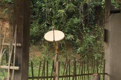 卫星盘在一个房子里在一个村庄在北老挝 库存照片