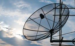 卫星盘天空日落通讯技术网络 库存照片