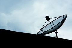 卫星盘天线在乡区 免版税库存照片