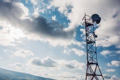 卫星盘电信网络在天空背景,通讯技术网络的天线塔 免版税库存图片