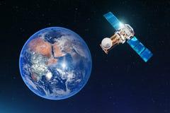 卫星通讯连接,传送在地球的同步轨道的无线通信 反对backgro 免版税库存照片