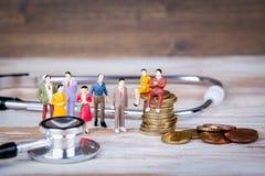 卫生保健和费用,健康保险 五颜六色的人的缩样 免版税库存图片