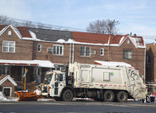 卫生卡车清洁街道的纽约部门在布鲁克林在大冬天以后猛冲 免版税库存照片