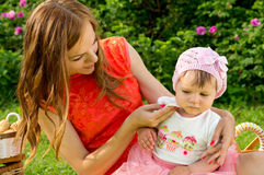卫生学,母亲洗涤婴孩抹 免版税库存图片