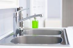 卫生间内部有水槽水池龙头的 卫生间现代设计  免版税库存照片