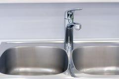 卫生间内部有水槽水池龙头的 卫生间现代设计  库存照片