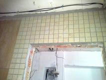 卫生间的门旁柱在资本修理期间的 免版税库存照片