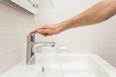 卫生间碗内部毛巾 有新的瓦片的明亮的卫生间 新的水盆、白色水槽和大镜子 手开放chrom水龙头 库存图片