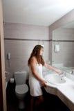 卫生间美丽的妇女 免版税库存照片