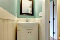 卫生间蓝绿色豪华现代水槽白色 免版税图库摄影