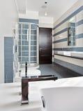 卫生间蓝色小卧室现代阵雨 免版税图库摄影