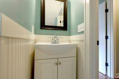 卫生间蓝色新绿色豪华水槽白色 库存图片