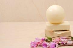 卫生间蜂蜜用肥皂擦洗温泉 免版税库存图片