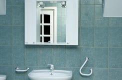 卫生间详细资料绿色镜子 免版税库存照片