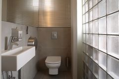 卫生间豪华现代白色 免版税库存图片