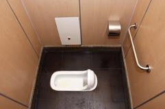 卫生间蹲坐停转洗手间 免版税库存照片