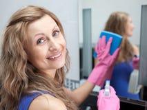卫生间迷人的清洁镜子s妇女 库存图片
