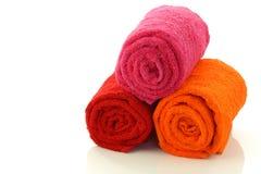 卫生间五颜六色的滚的被堆积的毛巾  免版税库存图片
