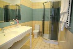 卫生间内部在旅馆客房 库存照片