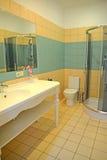 卫生间内部在旅馆客房 库存图片