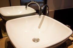 卫生间在卧室 现代房子卫生间内部 免版税库存照片