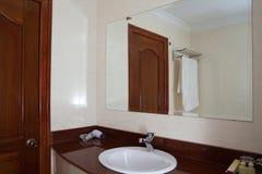 卫生间在旅馆客房。 免版税库存照片