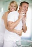 卫生间夫妇拥抱 库存图片