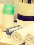 卫生间对象 海绵,刷子,毛巾和提取乳脂 图库摄影
