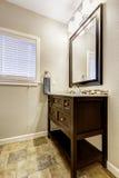 卫生间有抽屉和镜子的虚荣内阁 免版税库存图片