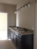 卫生间水槽在一个新房里 库存照片