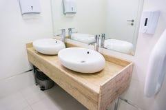 卫生间水槽在餐馆 库存照片