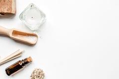 卫生间盐和芳香为在白色背景顶视图大模型的温泉上油 免版税库存图片