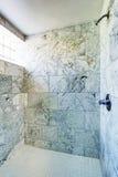 卫生间碗内部毛巾 淋浴客舱与大理石瓦片和小窗口 免版税库存照片