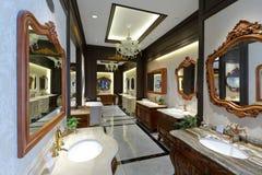 卫生间建筑材料在家庭装饰商店 免版税库存图片