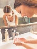 卫生间美丽的妇女 免版税库存图片
