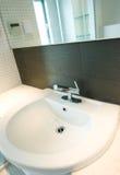 卫生间镜子水槽 免版税库存图片